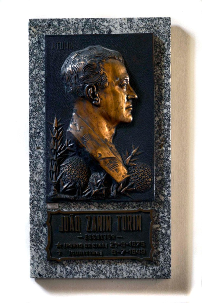 Relevo em bronze de João Turin, escultor nascido em Porto de Cima em 1875, descendente de italianos