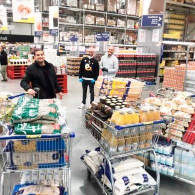 Colombianos en Barcelona comprando productos para afectados