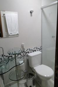 Banheiro moderninho e confortável.