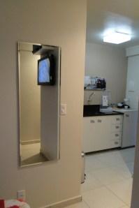A vista da minicozinha de quem está quase saindo do quarto.