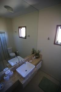 Banheiro amplo e seu espelho enorme