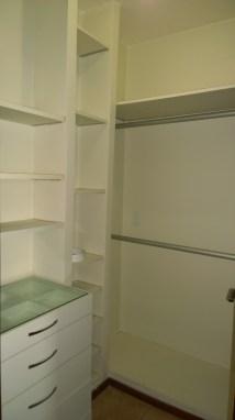 Closet com gavetas, prateleiras, maleiro e cabideira