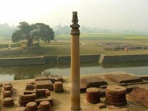 Pilar de los tiempo de Asoka, donde el Buda dió su ultimo sermón