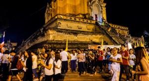 Dias festivos Budistas - Durante el Visakha Puja, laicos realizan la circunvalacion al rededor de la estatua del Buda tres veces