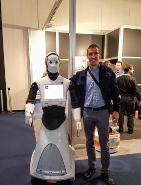 José María Bea con Robot