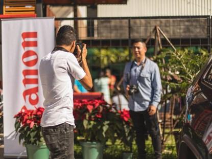 hombre haciendo fotos a otro hombre