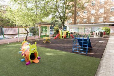 Juegos en el patio exterior de la Escuela Infantil Booma