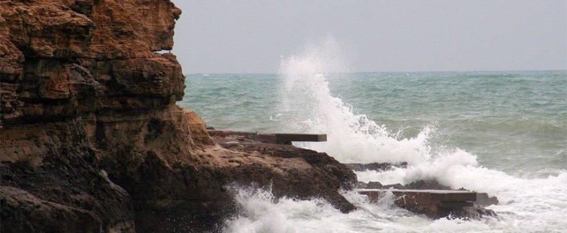 Fallece un hombre tras intentar rescatar su hijo del mar en Aguadú, Melilla.