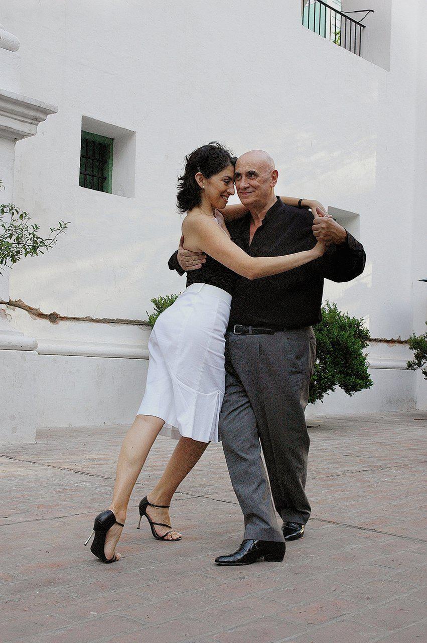 Néstor La Vitola and Mónica. Maestros milongueros. Escuela de Tango de Buenos Aires.