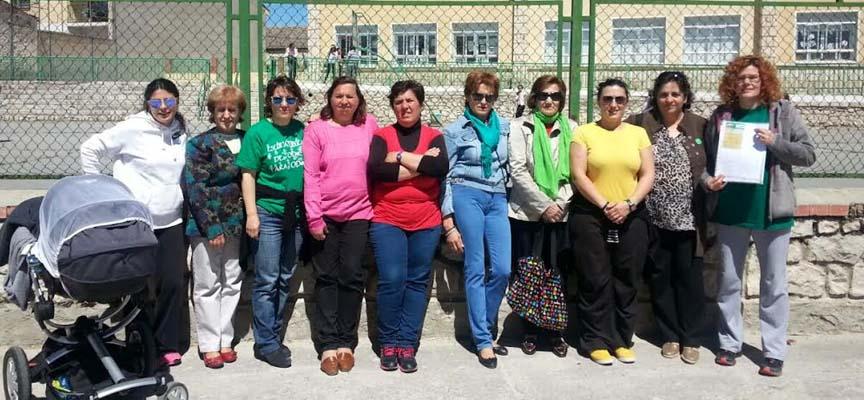 Madres ayer ante colegio del CRA de Olombrada.