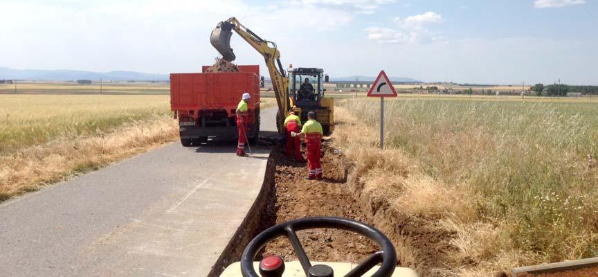 Equipo desarrollando trabajos en una carretera de la provincia.