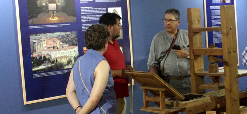 Un momento de la visita a la exposición.