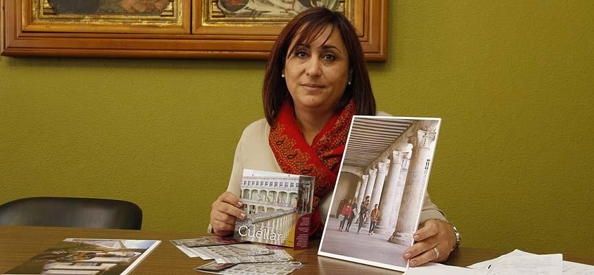 La concejal de Turismo, Nuria Fernández, muestra algunos de los recursos para promocionar Cuéllar en INTUR.
