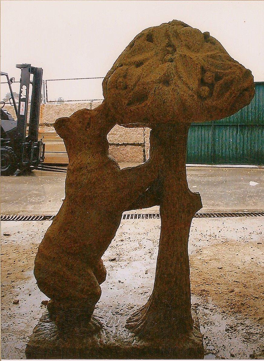 Escultura del oso y el madroño realizada en piedra.
