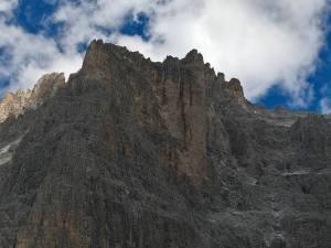 La parete verticale dove si trova il Bivacco dei Mascabroni