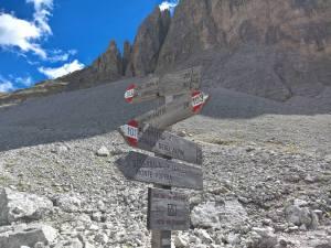 """Segnavia al bivio CAI-103 per forcella Giralba e il Rifugio Carducci e CAI-101 """"Strada degli Alpini"""""""