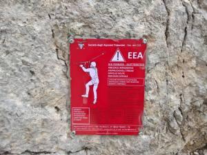 Via Ferrata Klettersteig percorso impegnativo, utilizzare dispositivi di protezione individuale a norma. non transitare durante i temporali. Alpinista! Controlla la sicurezza delle attrezzature e corde fisse prima di usarle! Segnali eventuali dani a : SAT Via Manci, 57 38122 Trento tel. 0461-981871 www.sat.tn.it e-mail: sentieri@sat.tn.it