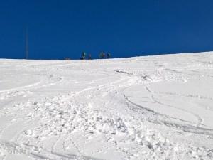 Escursionisti con le ciaspole in cresta del Nevegal