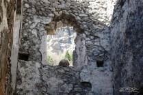 Una finestra con una suggestiva vista sui monti, allora come oggi.