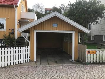 Zviedrijā izplatīta zīme - parkošanās domāta tikai Volvo automašīnām.