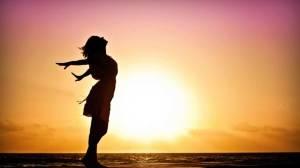 mujer-y-sol-bajo feliz