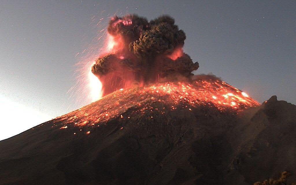 Vulcão Popocatepetl no México intensifica sua atividade.