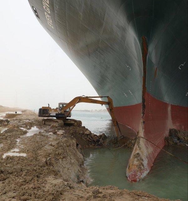 Navio de 400 metros encalha no canal de Suez.