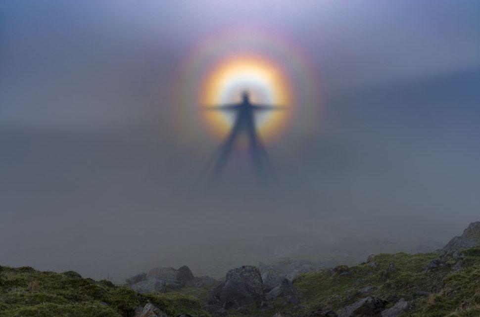 O espectro de Brocken, uma ilusão de óptica que assusta pessoas há séculos.