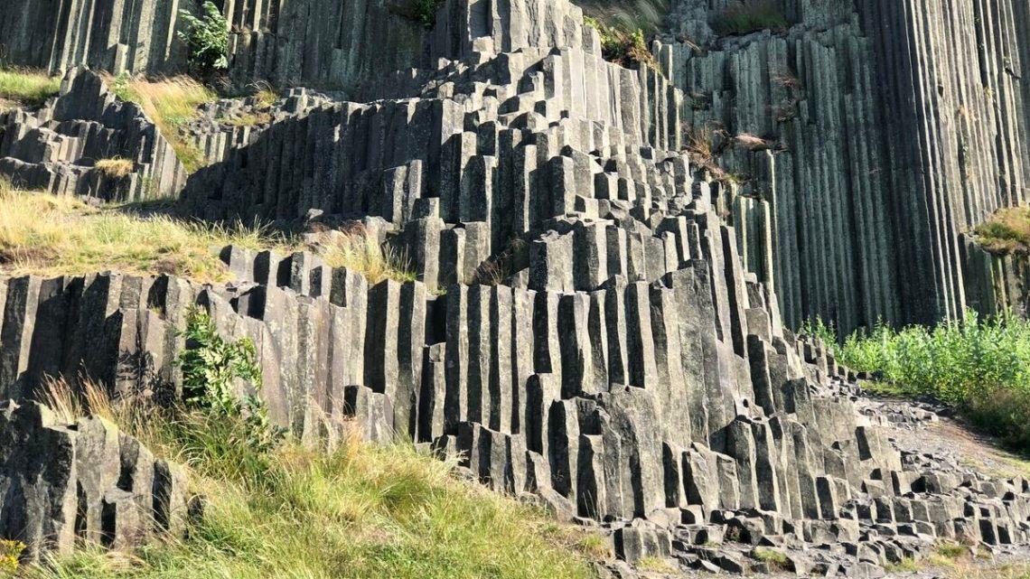Altas colunas de basalto vulcânico formam esta formação rochosa de aparência improvável.