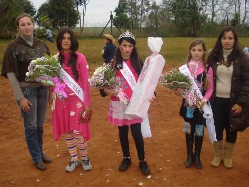Diretora Grasiela Talamini e a Coordenadora Pedagógica da escola Daiane Binello, juntamente com a rainha e princesas.