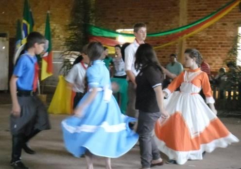Apresentação de uma música gaúcha com o apoio do aluno Cleiton Bagestão.