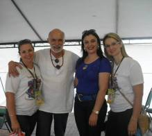 Professora Josiane, juntamente com as organizadoras da feira e o escritor Kalunga.