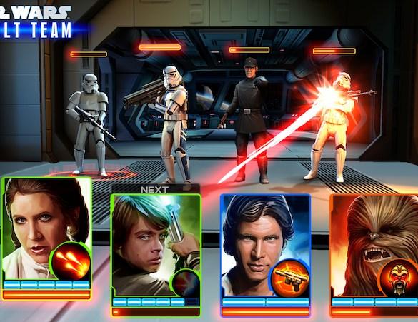 Captura de pantalla del juego Star Wars Assault, donde se muestra varias cartas de personajes de Star Wars combatiendo contra enemigos al fondo de la imagen. La carta de Luke Skywalker ataca a un stormtropper con un láser rojo.
