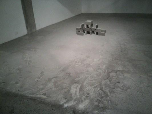 Obra de Leonardo Amador en el 15 Salón Regional. La obra se encuentra deteriorada por la acción de los espectadores, montada en un espacio estrecho e inadecuado y sin ningún tipo de señalización.