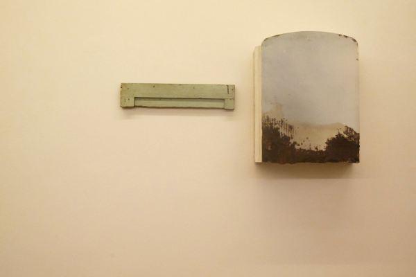 """Eduardo Motato, """"Pathosformel: Elementos para una pintura"""" (detalle), instalación de objetos encontrados, 2015"""