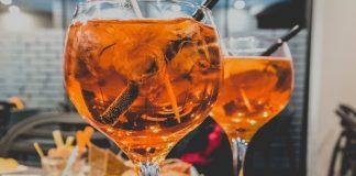 alcohol y Alzheimer: dos copas servidas en una mesa