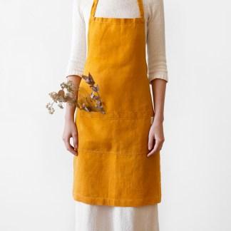 Tablier en lin lavé jaune moutarde – cuisine et jardin