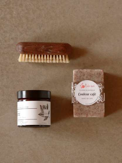 kit mains vertes composé d'une beurre de karité bio, un savon pour les mains vegan et une brosse à ongle artisanale en bois fabriquée en France