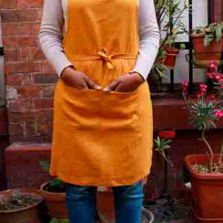 Tablier en lin lavé orange moutarde avec une grande poche. Tablier de cuisine et jardinage en ville. L'échoppe végétale