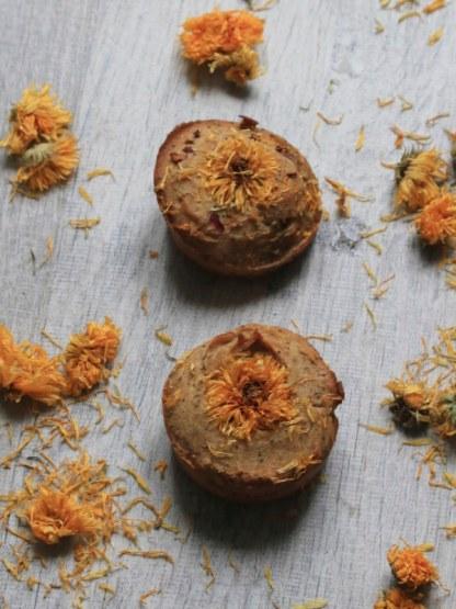 gâteau au yaourt décoré avec des fleurs de soucis séchées