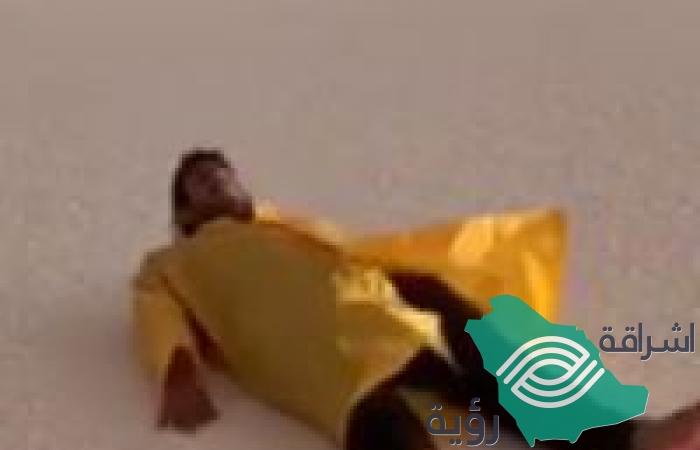 بالفيديو.. شبان يتزلجون على كثبان البرَد بطريقة مثيرة في #الجوف