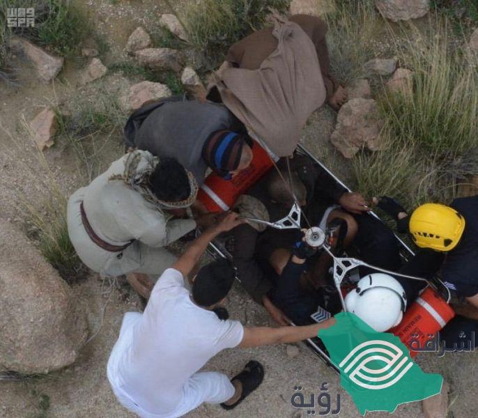 الدفاع المدني يتمكن من إنقاذ رجلا بعد سقوطه من أحد المرتفعات الجبلية بالطائف