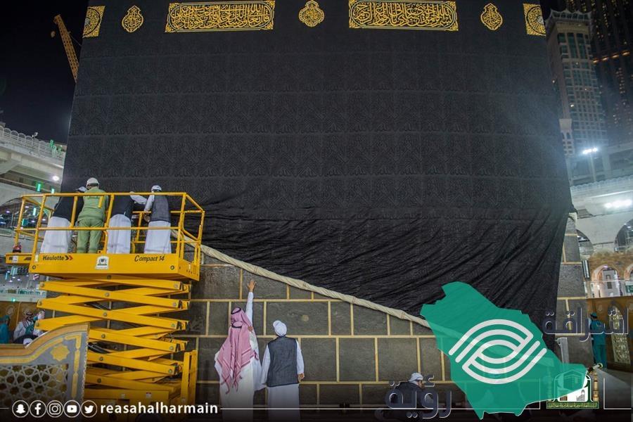 """""""رئاسة الحرمين"""" تباشر إسدال ثوب الكعبة بمشاركة 46 مختصاً (صور)"""