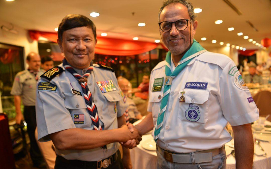 كشافة ماليزيا تمنح نائب رئيس الكشافة السعودية وسام الصداقة الذهبي