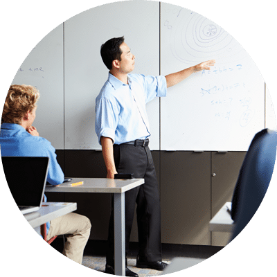 Professeur de l'ESID qui donne un cours