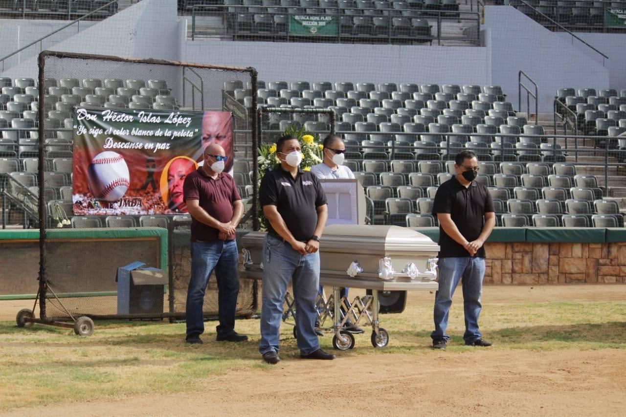 «Yo sigo el color blanco de la pelota»… emotiva despedida  para el decano de la crónica deportiva Héctor Islas López