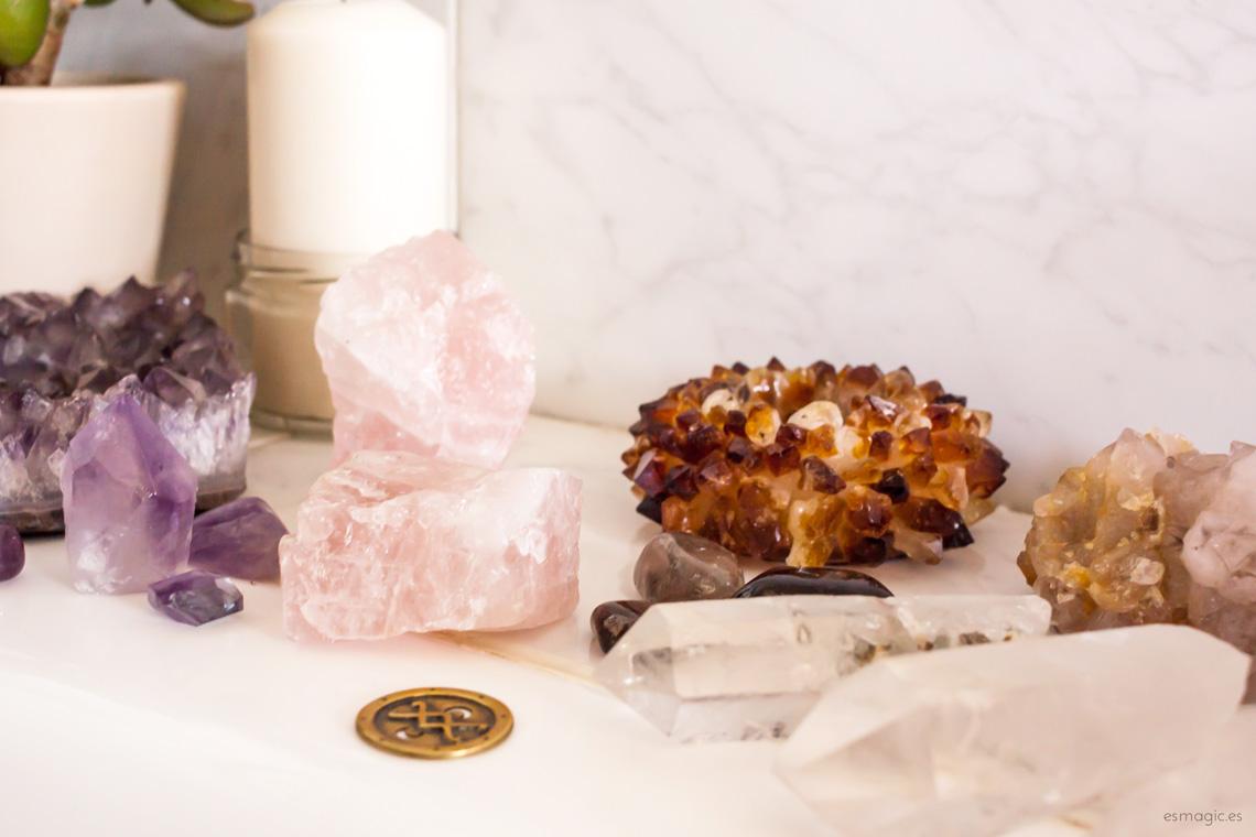 bañera con minerales diversos de amatista, cuarzo rosa, cuarzo, citrino, velas y drusas