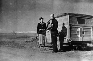Norman Bethune posa junto al camión de transfusiones de campaña que puso en marcha durante la guerra.