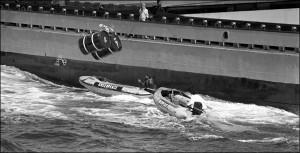 Un buque lanza bidones radiactivos sobre las lanchas de Greenpeace