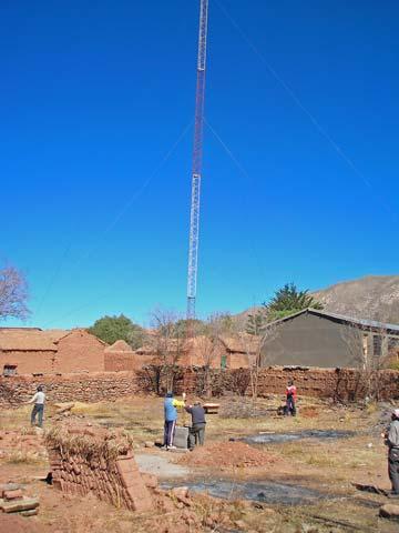 Fast ist es geschafft, der 30 Meter hohe Antennenmast steht noch etwas schräg